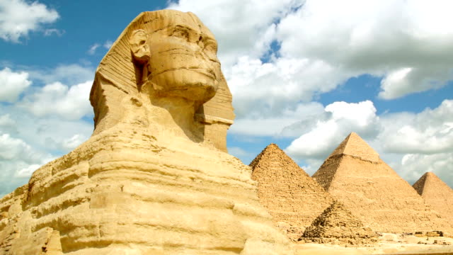 timelapse of famous sphinx with great pyramids in giza valley - 埃及 個影片檔及 b 捲影像