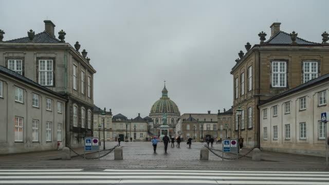 time-lapse av frederik's kyrkan vid amalienborg town square köpenhamn danmark - dansk kultur bildbanksvideor och videomaterial från bakom kulisserna