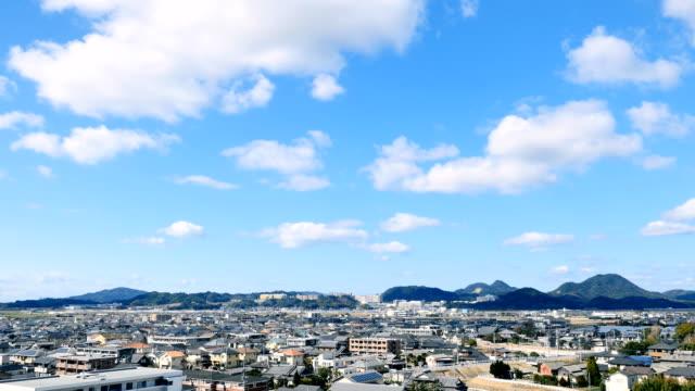 vídeos de stock, filmes e b-roll de timelapse da cidade de fukuoka - céu claro