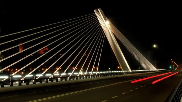 time-lapse of футуристический мост ночью. автомобили незамеченным. - lleida стоковые видео и кадры b-roll