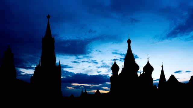 timelapse av underbara solnedgången på moskva historiska center röda torget och kreml tower siluett - kreml bildbanksvideor och videomaterial från bakom kulisserna