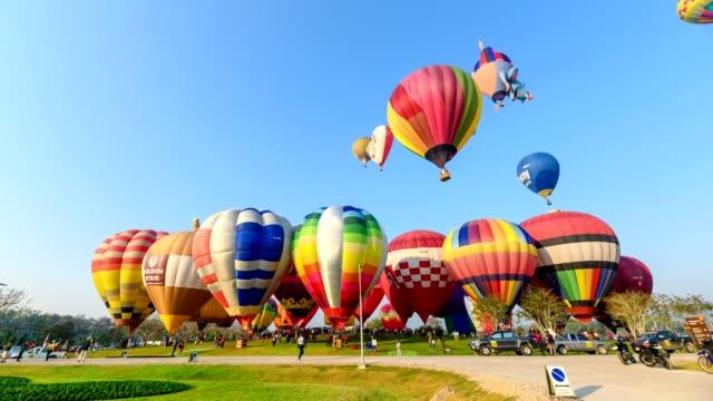 vídeos y material grabado en eventos de stock de lapso de tiempo de globos aerostático que vuelan en el cielo en el festival anual de chiang rai - color vibrante
