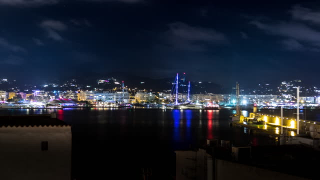 vídeos de stock e filmes b-roll de timelapse of ibiza spain port at night with boats and lights - ibiza