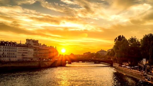 timelapse av ile de la cité i paris och människor som vandrar i hamnen, med båtar förbi under broar, visa från louis-philippe bridge - turistbåt bildbanksvideor och videomaterial från bakom kulisserna