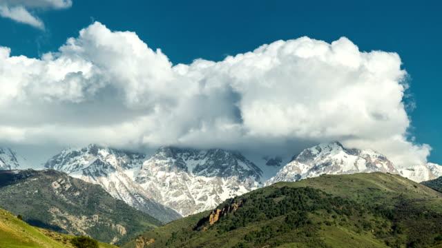 遊戲中時光倒流的激烈雲攪動和流過在阿拉斯加山山峰 - 州立公園 個影片檔及 b 捲影像