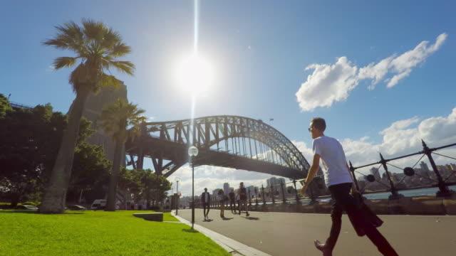 zeitraffer der jogger und fußgänger durch die sydney harbour bridge - zeitraffer fast motion stock-videos und b-roll-filmmaterial
