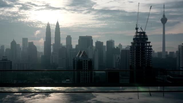 timelapse av kuala lumpur, takterrass med utsikt över poolen - petronas twin towers bildbanksvideor och videomaterial från bakom kulisserna