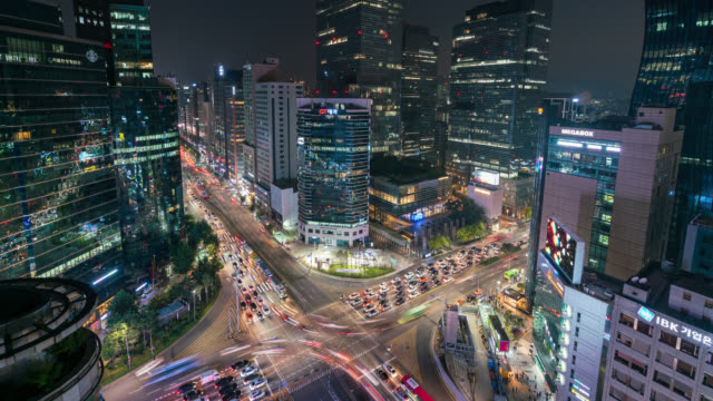 timelapse of light trails traffic speeds through an intersection in gangnam center business district of seoul at seoul city, south korea. - corea del sud video stock e b–roll
