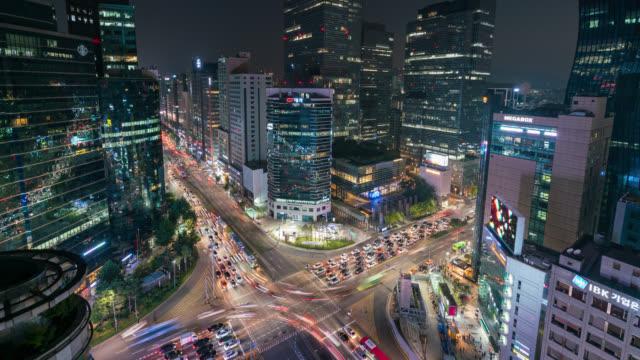 timelapse ışık trafik hızları gangnam merkezi iş bölgesi seul seoul city, güney kore, bir kavşak ile rotaları. - güney kore stok videoları ve detay görüntü çekimi