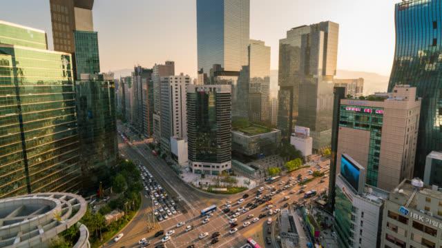 vídeos de stock e filmes b-roll de timelapse of light trails traffic speeds through an intersection in gangnam center business district of seoul at seoul city, south korea. - seul