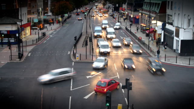 stockvideo's en b-roll-footage met timelapse of london intersection hd - luchtvervuiling