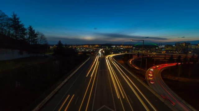 シアトルでの高速道路 i5 の長い露出トラフィックライトトレイルのタイムラプス - 州間高速道路点の映像素材/bロール