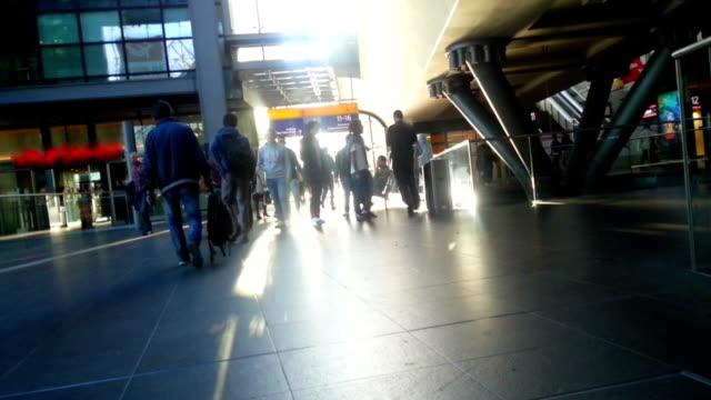 замедленная съемка многие люди на железнодорожной станции. час пик - станция стоковые видео и кадры b-roll