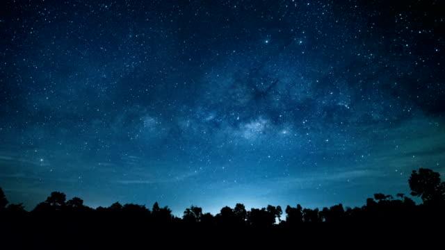 vídeos y material grabado en eventos de stock de modo timelapse de lechosa en la noche oscura. - la vía láctea
