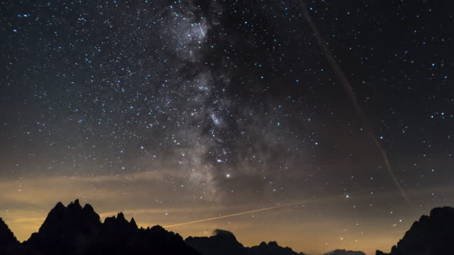 timelapse della via lattea con sfondi montani - astronomia video stock e b–roll