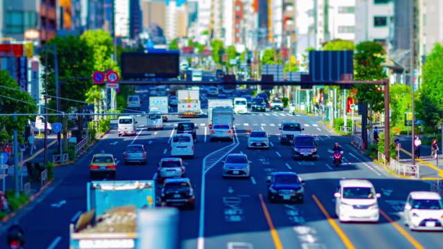 vídeos y material grabado en eventos de stock de un timelapse de la calle de tráfico en miniatura en el centro de tokio tiltshift - avenida