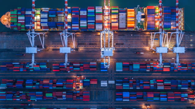 vídeos de stock e filmes b-roll de 4k timelapse of modern industrial port with containers from top view or aerial view. it is an import and export cargo port where is a part of shipping dock singapore - docas