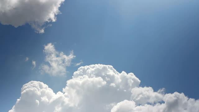 vídeos de stock, filmes e b-roll de timelapse de céu tempestuoso mal-humorado com nuvens em movimento rápido - só céu