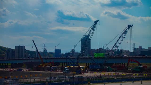 建設中の昼間のワイドショットでクレーンを動かすタイムラプス - クレーン点の映像素材/bロール