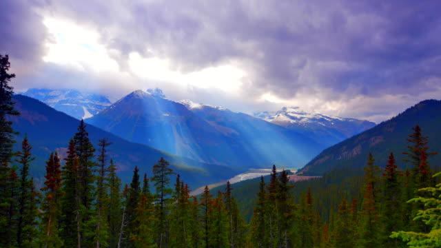 4 K Time-lapse di movimento raggi di sole in montagna creste e foresta - video