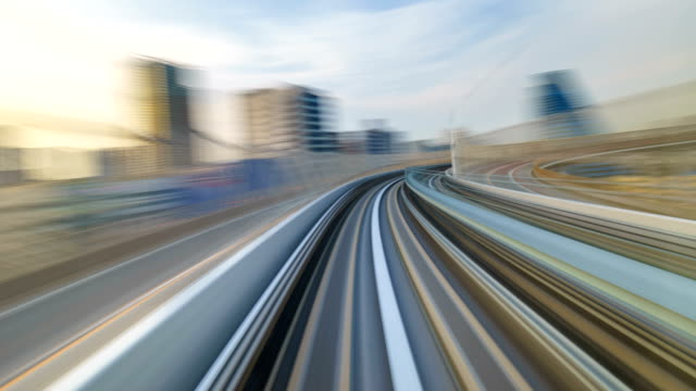 Timelapse de movimiento tren al anochecer, Tokio, Japón - vídeo