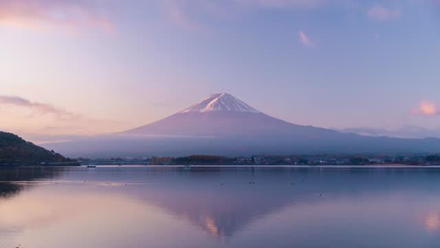 vidéos et rushes de timelapse de mt. fuji au lac de kawuguchi dans la matinée, japon - fuji yama