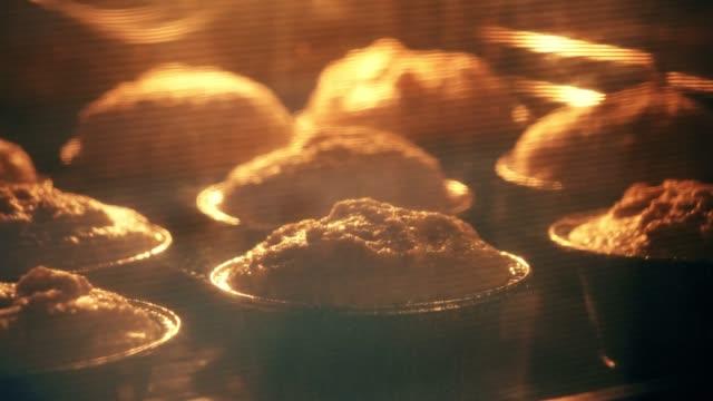 timelapse di muffin che lievitano nel forno - dolci video stock e b–roll