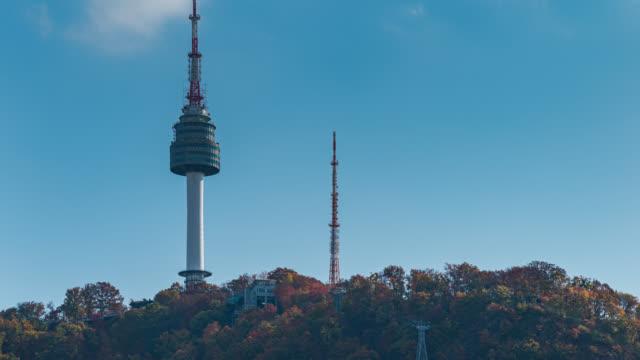 vídeos y material grabado en eventos de stock de timelapse de n seoul tower en el centro de seúl con senderos ligeros en la montaña namsan en la ciudad de seúl, corea del sur. - n seoul tower