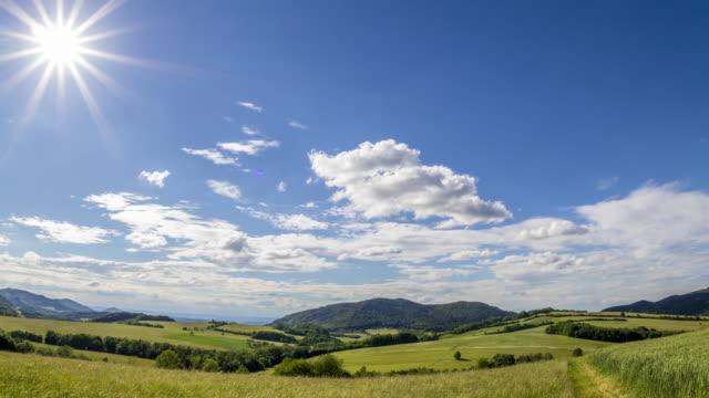 晴れた日の自然と農地のタイムラプス カメラは、ベスキーディ地域の側に太陽と青空を移動する雲が続きます。 - チェコ共和国点の映像素材/bロール