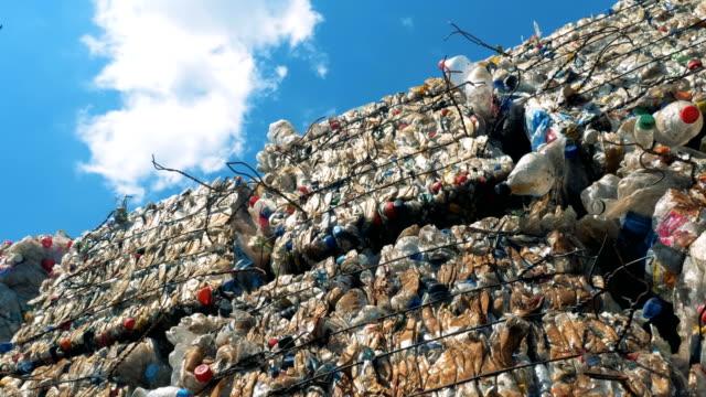 timelapse av utomhus dumpning plats med trash stackar. koncept för återvinning av avfall. - pet bottles bildbanksvideor och videomaterial från bakom kulisserna