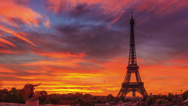 4K timelapse of Paris at sunrise with Trocadero gardens
