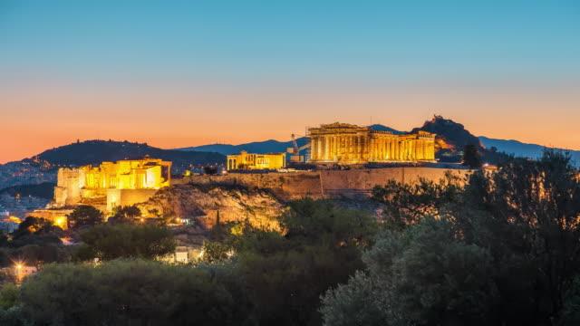 timelapse of parthenon, acropolis of athens, greece at sunrise - ateny grecja filmów i materiałów b-roll