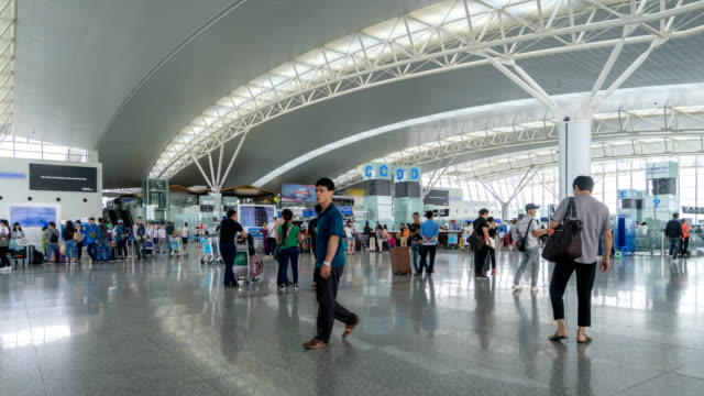 Timelapse of passengers checking the flight schedule at Hanoi airport - vídeo