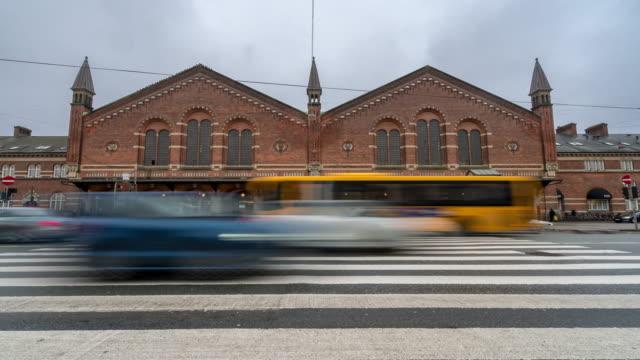 time-lapse av pedestian trabeller trångt på köpenhamn tågstation terminal - dansk kultur bildbanksvideor och videomaterial från bakom kulisserna