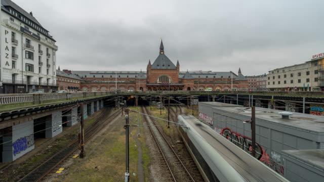 tidtagning av pedestian trabeller trångt i köpen hamns tåg station terminal - dansk kultur bildbanksvideor och videomaterial från bakom kulisserna