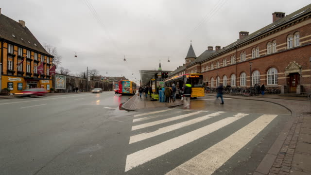 time-lapse av pedestian traveller trångt på köpenhamn tågstation terminal - dansk kultur bildbanksvideor och videomaterial från bakom kulisserna