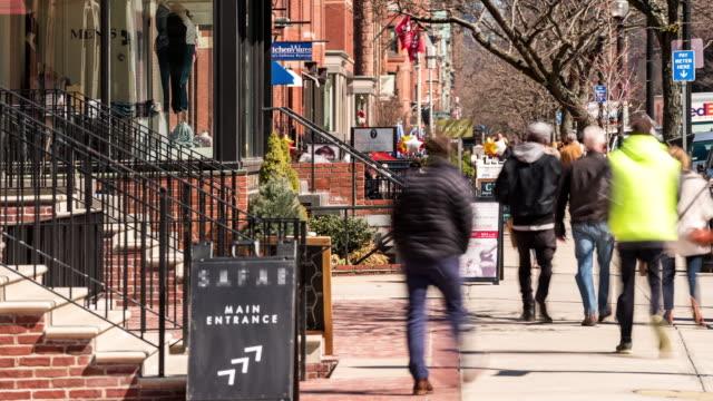 보스턴 ma 미국에서 보행자 붐비는 뉴 베리 쇼핑 거리의 시간 경과 - 도시 거리 스톡 비디오 및 b-롤 화면