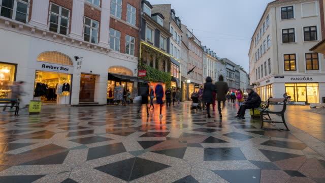 time-lapse av fotgängare trångt stroget shoppinggata i köpenhamn danmark - dansk kultur bildbanksvideor och videomaterial från bakom kulisserna