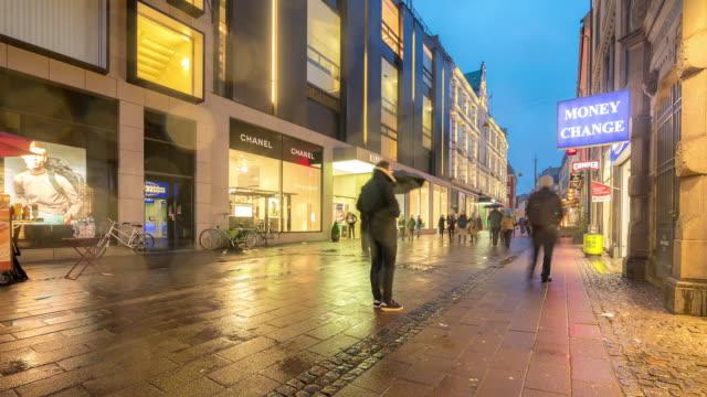 time-lapse av fot gängare trångt stroget shopping gata i köpen hamn danmark - dansk kultur bildbanksvideor och videomaterial från bakom kulisserna