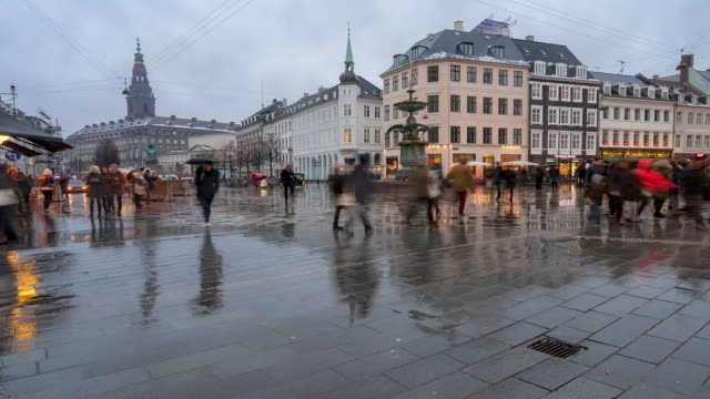 time-lapse av fotgängare trångt ströget shopping gatan i köpenhamn danmark - dansk kultur bildbanksvideor och videomaterial från bakom kulisserna