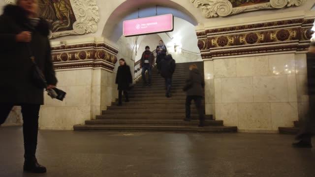 moskova, rusya - 16 aralık 2019: rusya'nın moskova kentindeki metro istasyonu platformunda bekleyen ve merdivenlerden inip çıkan insanların zaman atlamalı lığı. toplu taşıma. - moscow metro stok videoları ve detay görüntü çekimi