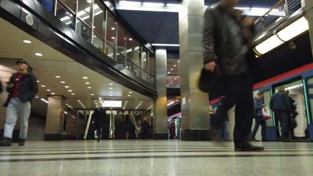 moskova, rusya - 16 aralık 2019: rusya'nın moskova kentindeki metro istasyonu platformunda giden, bekleyen ve trene binen insanların zaman atlamalı. toplu taşıma konsepti - moscow metro stok videoları ve detay görüntü çekimi