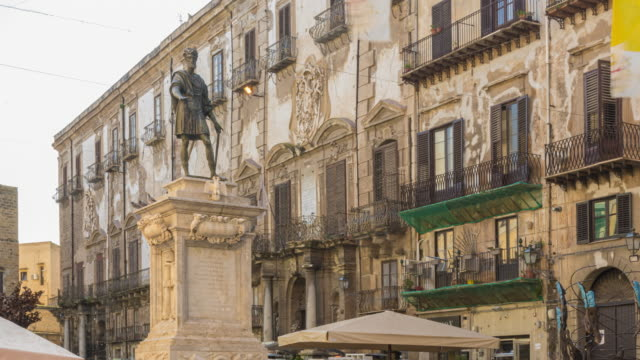 timelapse of people tourist visiting monument to carlo v with bar and restaurants - palermo città video stock e b–roll