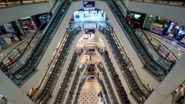 timelapse av folk trafikerar i flervåningshus handel centrerar - petronas twin towers bildbanksvideor och videomaterial från bakom kulisserna