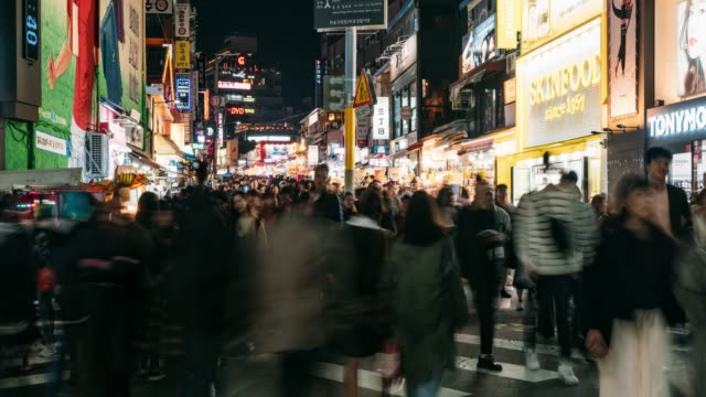 timelapse of people traveling and shopping in hongdae street market at seoul, south korea. hongdae district is the most popular shopping market at seoul city. - adulazione video stock e b–roll