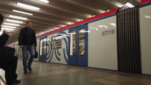 moskova, rusya - 16 aralık 2019: rusya'nın moskova kentindeki metro istasyonu platformunda bekleyen ve trene binen insanların zaman atlamalı. toplu taşıma. - moscow metro stok videoları ve detay görüntü çekimi