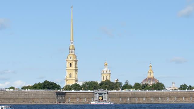 time-lapse av peter and paul cathedral i en fästning - st. petersburg, ryssland - peter and paul cathedral bildbanksvideor och videomaterial från bakom kulisserna