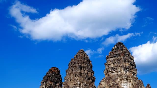 hızlandırılmış phra saldırın sam yot tapınağı, antik mimari lopburi, tayland - stupa stok videoları ve detay görüntü çekimi