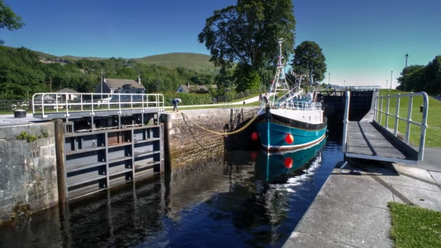 timelapse of pleasure boat travelling through the series of locks comprising the neptune staircase on the caledonian canal in banavie towards loch eil, fort william, scotland - fort william video stock e b–roll
