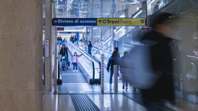 timelapse di persone usano scala mobile per negozio sotterraneo nella stazione della metropolitana milano italia - lombardia video stock e b–roll
